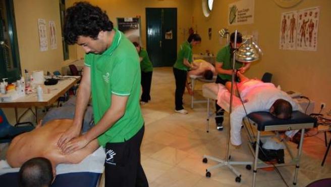 Costaleros Y Fisioterapeutas En El Centro De Atención Al Costalero De Córdoba