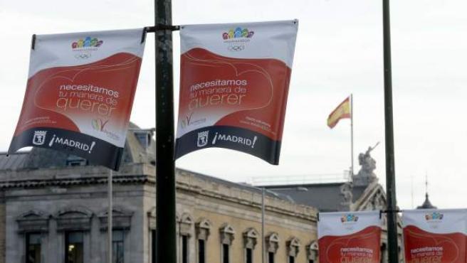 Vista de uno de los soportes publicitarios, con la Biblioteca Nacional al fondo, que el Ayuntamiento de Madrid ha instalado por las calles de la ciudad con el fin de captar voluntarios para la candidatura olímpica Madrid 2020.