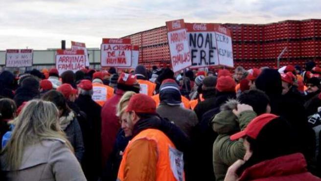 Trabajadores de Coca-Cola protestan en Fuenlabrada durante la jornada de huelga.