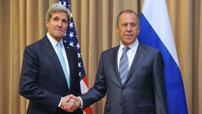 El secretario de Estado de EE. UU., John Kerry (izq), saluda al ministro de Asuntos Exteriores ruso, Serguéi Lavrov, antes de una reunión en Ginebra (Suiza). Ucrania, Rusia, Estados Unidos y la Unión Europea se reúnen en un momento crucial para negociar sobre qué camino tomar para encontrar una solución a la crisis en el este de Ucrania y eliminar la amenaza de un conflicto.