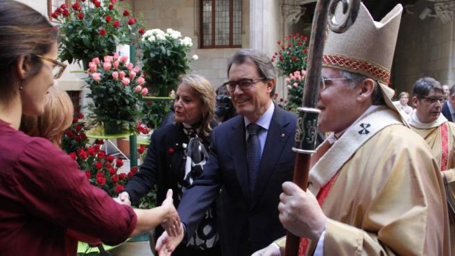 El presidente de la Generalitat, Artur Mas, y el cardenal arzobispo de Barcelona, Lluís Martínez Sistach, en una de las paradas de rosas de las entidades sociales.