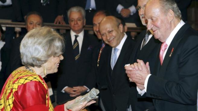 La escritora y periodista mexicana Elena Poniatowska recibe el Premio Cervantes de manos del rey, en presencia del presidente del Gobierno (2d) y el ministro de Educación, Cultura y Deporte (3d), en la Universidad de Alcalá de Henares