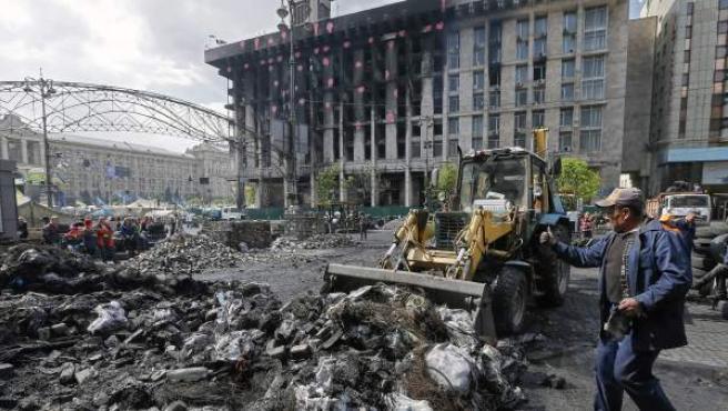 Trabajadores ucranianos quitan una barricada cerca de la Plaza de la Independencia de Kiev.