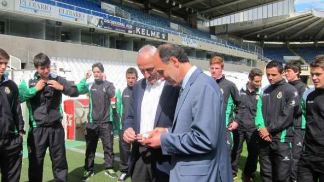 El presidente de Cantabria, Ignacio Diego, colabora con el Racing
