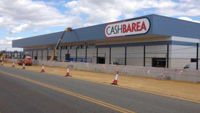 Exterior de las nuevas instalaciones de Cash Barea en Palomares del. Río