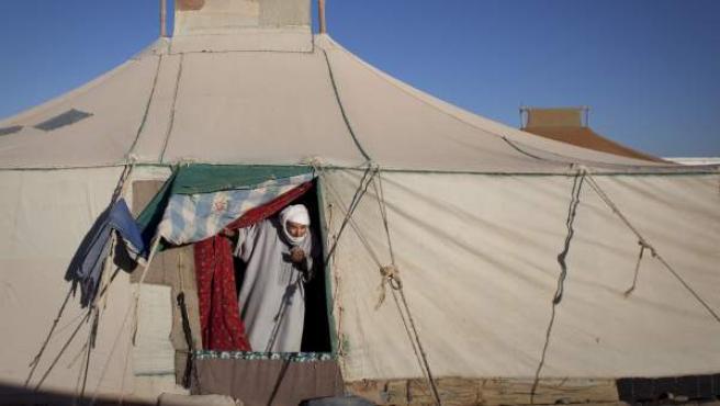 Un hombre sale de su tienda en el Sáhara.