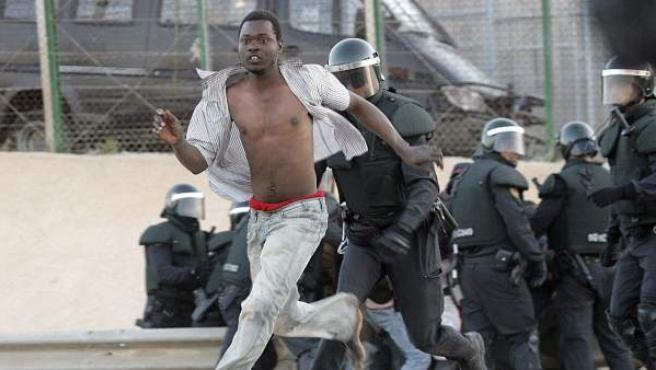 Alrededor de 20 inmigrantes de origen subsahariano, parte de los que se habían encaramado a la cubierta de uno de los pasos fronterizos de Melilla, han conseguido finalmente acceder a la ciudad autónoma tras un forcejeo con la Policía.