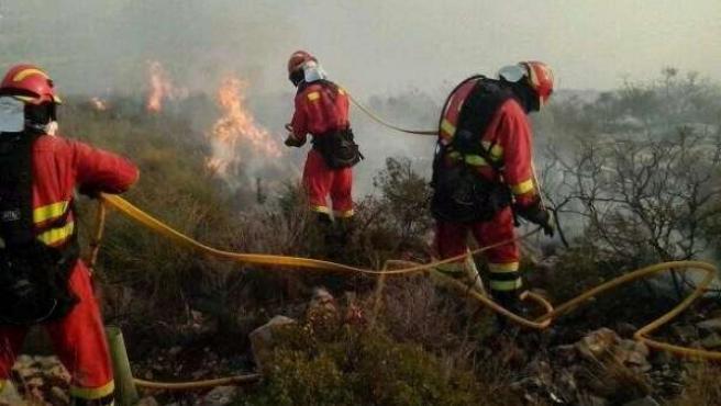 Efectivos trabajando en la zona del incendio de Torrent