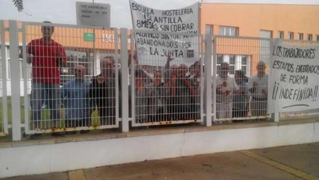 Trabajadores de la Escuela de Hostelería de Islantilla encerrados en el centro.
