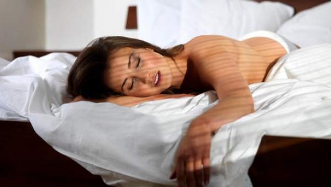 Una mujer dormida en la cama.