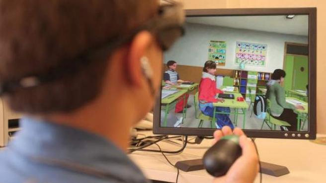 Un niño realiza el test AULA para la detección de la TDA-H.