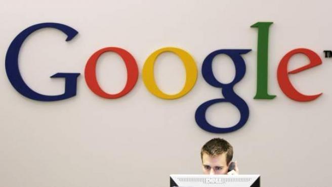 Un recepcionista de las oficinas de Google en Nueva York.