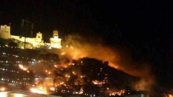 Incendio en la montaña del castillo de Cullera, originado a causa de los fuegos artificiales, que se lanzaron aun habiendo decretado el nivel de preemergencia por incendios forestales.