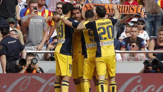 Los jugadores del Atlético de Madrid celebran el gol de Raúl García en Mestalla.
