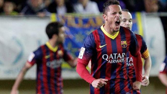 Adriano Correia celebra un gol del Barça en Villarreal.