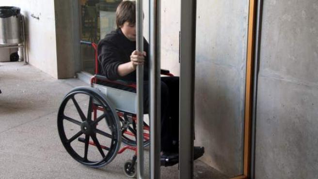 Un alumno de una escuela catalana experimenta qué implica ir en silla de ruedas. En la imagen, tratando de franquear la puerta.