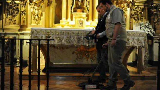 Dos operarios con el georrador buscando los restos de Cervantes en el convento de las Trinitiarias de Madrid.