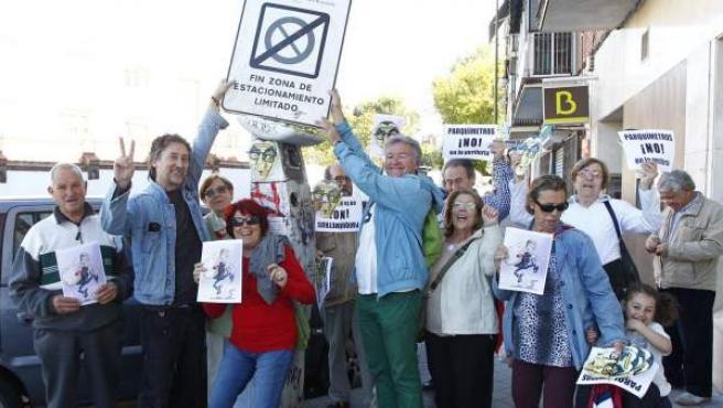 Vecinos de Carabanchel celebran el anuncio de Ana Botella de eliminar los parquímetros de los barrios periféricos.