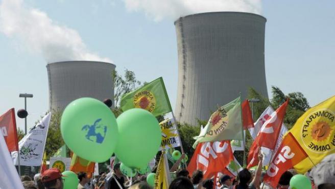 Opositores a la energía nuclear participan en una protesta con motivo del 25º aniversario de la catástrofe de Chérnobil, frente a la planta nuclear de Cattenom, en Francia.