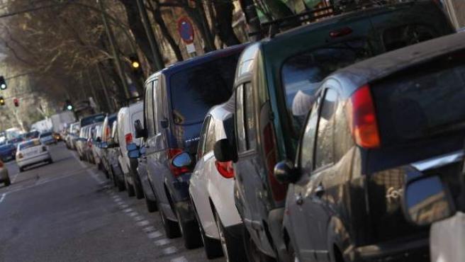 Coches aparcados en el Paseo de la Florida, en Príncipe Pío, una de las zonas donde el Ayuntamiento prevé instalar parquímetros.