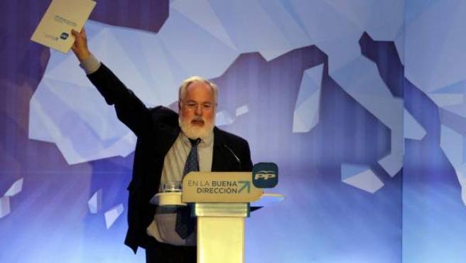 El cabeza del lista por el PP a las elecciones europeas del 25 de mayo, Miguel Arias Cañete, muestra el programa electoral de los populares.