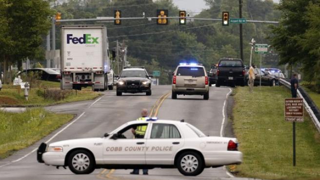 Coches de policía rodean un edificio de FedEx en Kennesaw, Georgia (Estados Unidos).