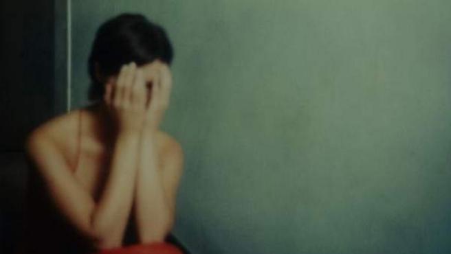 Imagen de una mujer llorando.