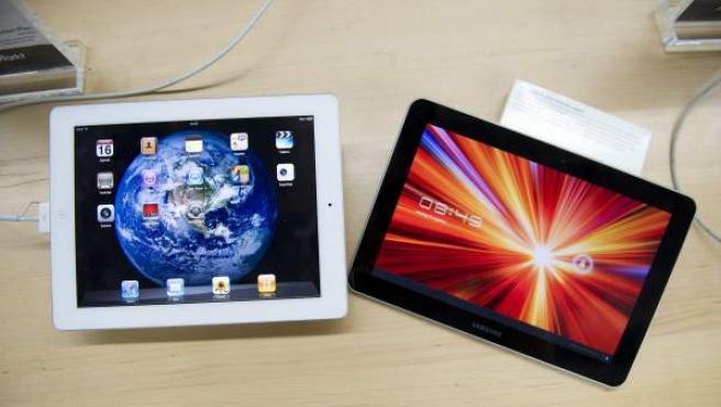 Imagen de archivo de un Ipad2 de Apple (izquierda) y una tableta Samsung Galaxy 10.1 (derecha).