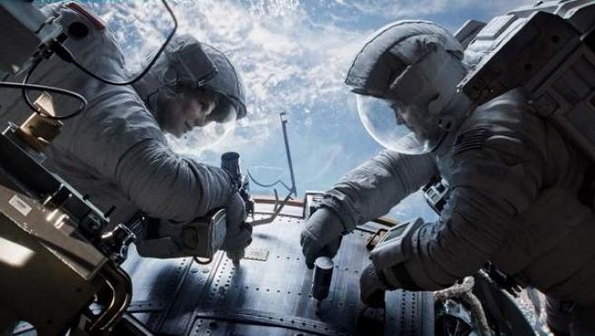 Una escena de la película 'Gravity', con Sandra Bullock y George Clooney.