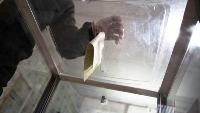 Un hombre deposita su voto en una urna, en una imagen de archivo.