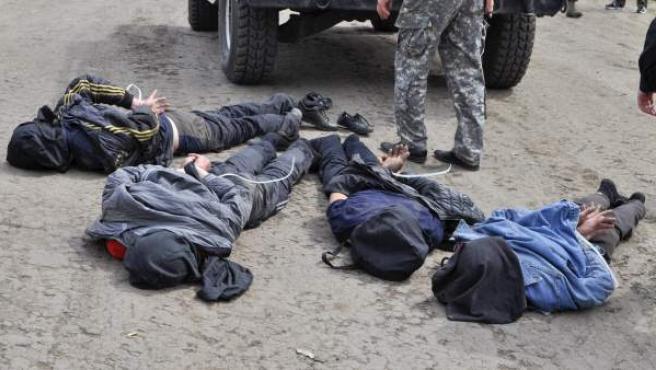 Cuatro sospechosos de derribar un helicóptero ucraniano tras su detención en la ciudad de Slaviansk, Ucrania.