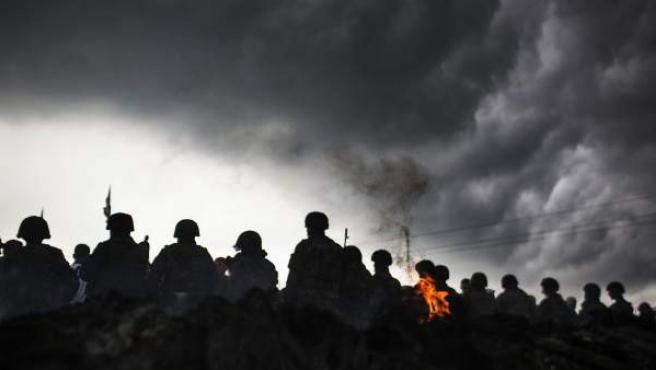 Militares ucranianos bloquean una carretera a 10 kilómetros de Slaviansk, bastión prorruso al este de Ucrania.