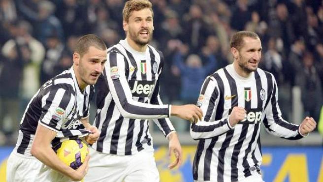 Bonucci, Llorente y Chiellini, de la Juventus, celebran uno de los goles a la Roma.