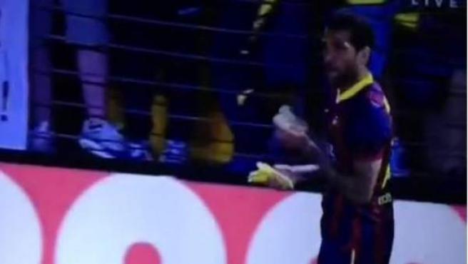 Dani Alves se come un plátano lanzado por el público de El Madrigal.