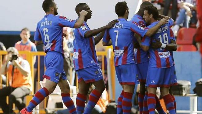 Los jugadores del Levante celebran su gol ante el Atlético de Madrid.