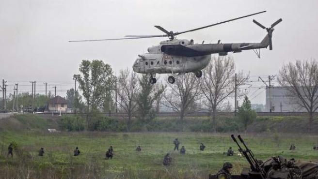 Un helicóptero de las fuerzas ucranianas aterriza en un puesto de control cercano a la ciudad de Slaviansk (Ucrania).
