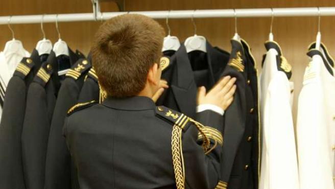 Imagen de archivo de un niño con su traje de primera comunión.