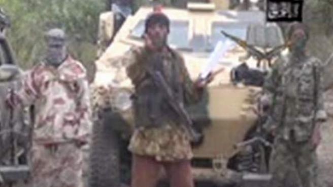 """La milicia radical islámica Boko Haram reivindicó este lunes la autoría del secuestro de más de 200 niñas en una escuela en Chibok, en el noroeste de Nigeria, perpetrado el pasado 14 de abril. """"Yo soy el que las secuestró"""", dijo el líder del grupo armado, Abubakar Shekau, en un vídeo difundido a un reducido grupo de periodistas, en el que también adelantó que """"pronto"""" habrá más ataques."""