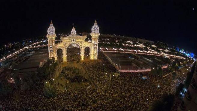 La tradicional prueba del alumbrado ha abierto esta medianoche de manera oficial la Feria de Abril de Sevilla de 2014 con el encendido de las más de 200.000 bombillas que iluminan el recinto.