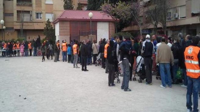 El reparto de alimentos que se llevó a cabo solo para españoles en el barrio de orriols.