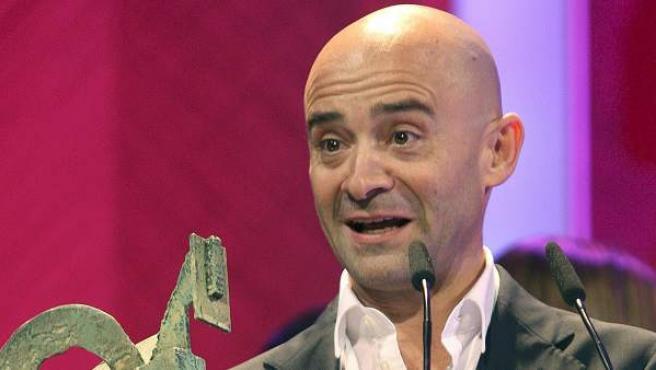 Antonio Lobato con el Premio Ondas que recibió en 2010 (ARCHIVO)