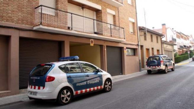 Los Mossos d'Esquadra todavía se encontraban en el edificio donde tuvieron lugar los hechos, este jueves por la tarde.