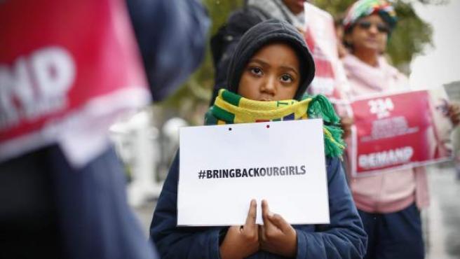 Una niña sostiene un cartel con el hashtag #BringBackOurGirls (Devolvednos a nuestras niñas), en referencia a la campaña en redes sociales contra el secuestro de más de 200 niñas en Nigeria.