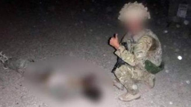 Fotografía de uno de los miembros de la RAF junto a un talibán fallecido.