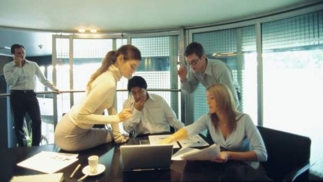 Imagen de archivo de un grupo de jóvenes trabajando en una oficina.