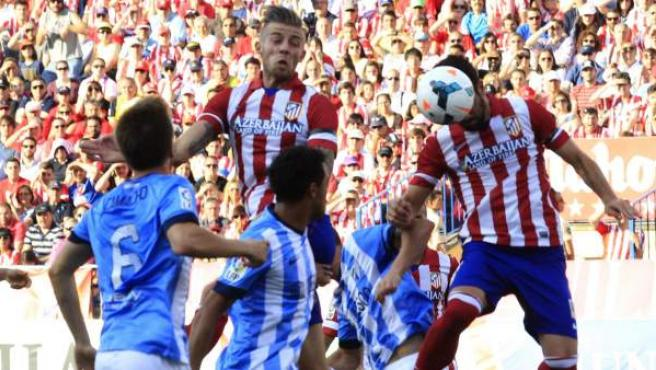 Toby Alderweireld remata a gol en el Atlético de Madrid-Málaga.