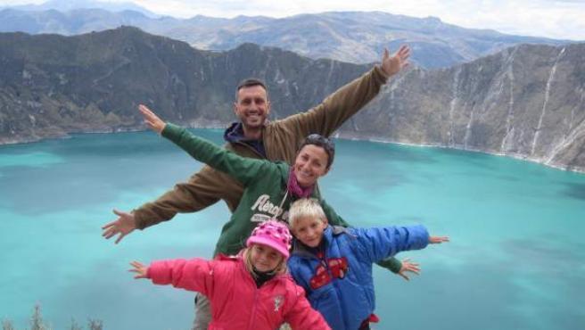 Bernat y Abril, con sus padres, en un volcán de Ecuador.