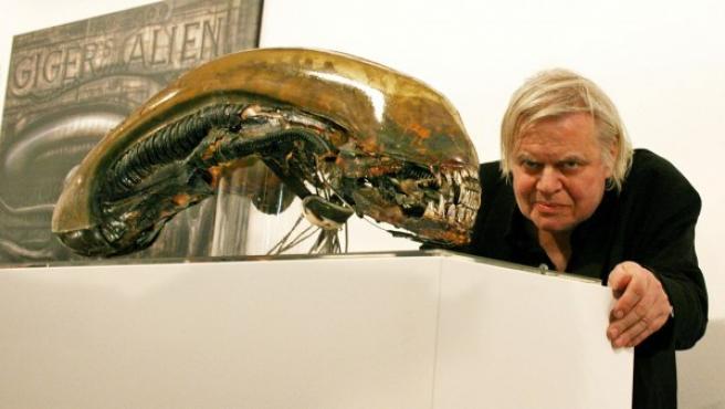El polémico artista suizo H.R. Giger junto a su creación más famosa: Alien.