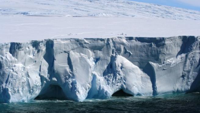 Segmento helado de la costa de la Antártida.