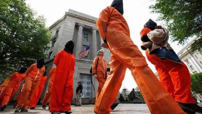 Un grupo de manifestantes protestan contra las torturas, vestidos de presos de Guantánamo delante del Departamento de Justicia en Washington.